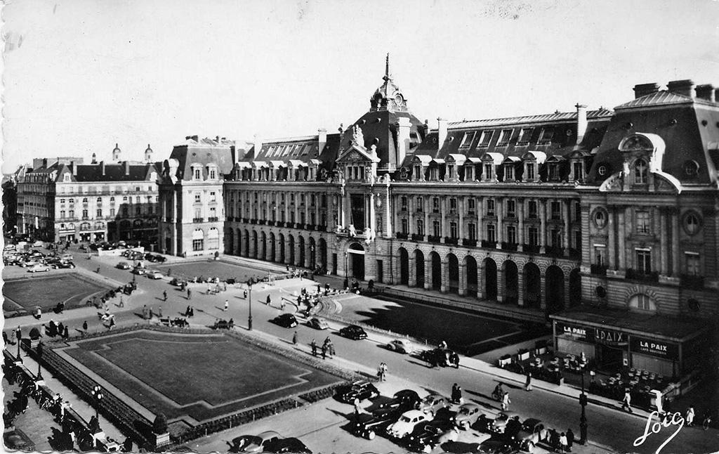 Le palais du Commerce, place de la République, première moitié du XX<sup>e</sup> siècle. 100 Fi 89.