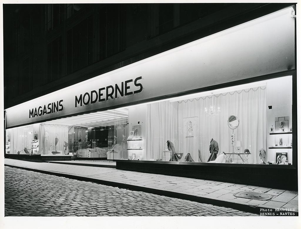 Façade des Magasins Modernes, rue Le Bastard, années 1970. 14 Num 12, don Ruault.