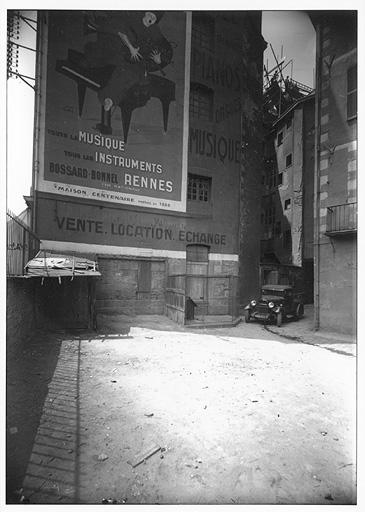 Affiche de Raphaël Binet, Rennes, quai Lamartine, 1935-1936, négatif sur verre. Coll. Musée de Bretagne.